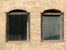 Oude vensters in het Oude Hof van Boekarest Stock Afbeeldingen