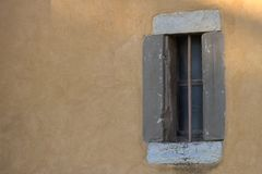 Oude vensters in hout op een chirch Stock Afbeelding