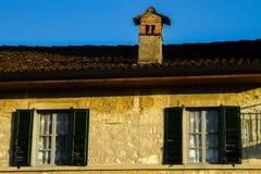 Oude vensters in hout op een huis Royalty-vrije Stock Foto