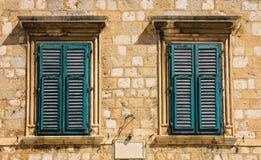 Oude vensters met blinden, Dubrovnik, Kroatië Royalty-vrije Stock Foto