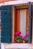Oude vensters met bloemen Stock Fotografie