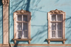 Oude vensters met gesneden architrafen Stock Fotografie