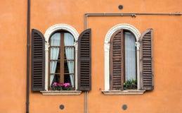 Oude vensters met houten blinden en gordijn Stock Afbeeldingen