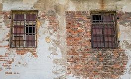 Oude vensters met roestige grating Royalty-vrije Stock Afbeeldingen