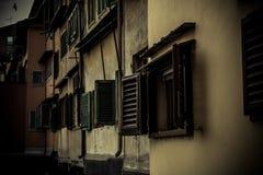 Oude vensters op Ponte Vecchio Florence Stock Foto's