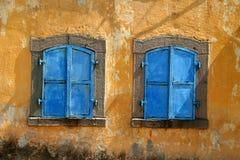 Oude vensters, stedelijk bederf Royalty-vrije Stock Afbeeldingen