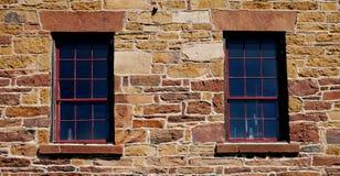Oude vensters in steenmuur stock fotografie