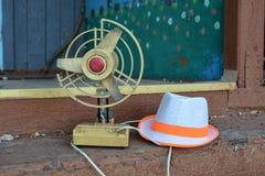 Oude ventilator en hoed Royalty-vrije Stock Afbeelding