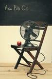 Oude ventilator met appel op stoel Royalty-vrije Stock Foto