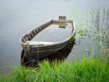 Oude vergeten boot stock foto's