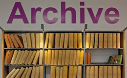 oude verificatieboeken in een bibliotheek stock foto
