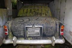 Oude verlaten auto royalty-vrije stock afbeelding