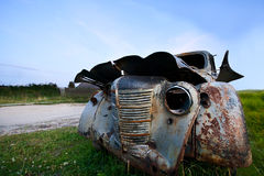 Oude verlaten auto onder een blauwe hemel Stock Fotografie