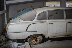 Oude verlaten auto's in het parkeerterrein stock foto's