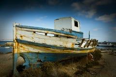 Oude verlaten boot Stock Foto's