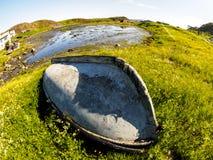 Oude verlaten boot in dorp Teriberka, Kola Peninsula, Rusland royalty-vrije stock fotografie