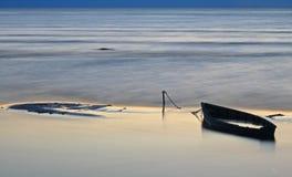 Oude verlaten boot in het overzees Stock Afbeelding