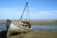 Oude verlaten boot op het zoute moeras stock afbeelding