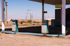 Oude verlaten de brandstofpost van het kant van de wegwegrestaurant in Kazachstan stock afbeeldingen