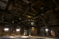 Oude verlaten donkere fabriek royalty-vrije stock fotografie