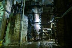 Oude verlaten fabriek in blauwe tonen stock afbeelding