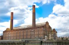 Oude verlaten fabriek die op rivier Theems voortbouwen Stock Afbeeldingen