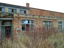 Oude verlaten fabriek van communistische tijden Stock Afbeelding