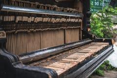 Oude verlaten gebroken piano op de straat royalty-vrije stock fotografie