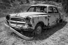Oude verlaten geroeste auto Royalty-vrije Stock Afbeelding