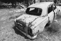 Oude verlaten geroeste auto achtermening Stock Foto