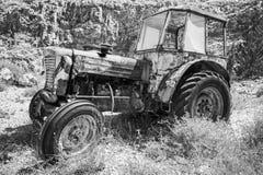 Oude verlaten geroeste tractor royalty-vrije stock afbeelding