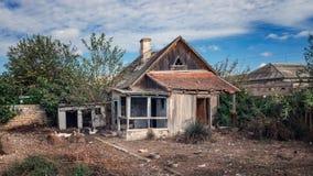 Oude verlaten houten landelijke huis en yard royalty-vrije stock fotografie