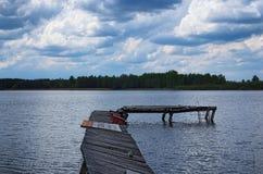 Oude verlaten houten pijler op de meerkust Donkere onweerswolken op achtergrond Volyngebied ukraine Royalty-vrije Stock Fotografie