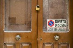 Oude verlaten huisdeur zeer droevig in de oude stad in Salento Royalty-vrije Stock Foto's