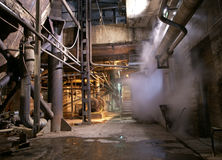 Oude verlaten industriële roestige fabriek Royalty-vrije Stock Foto's