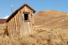 Oude verlaten keet in de mijnbouwstad van Californië stock foto's