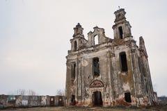 oude verlaten verlaten kerk de herfst donkere achtergrond royalty-vrije stock fotografie