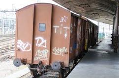 Oude verlaten kleurrijke retro trein Stock Afbeeldingen