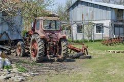 Oude verlaten landbouwbedrijfmachines, tractor Stock Foto