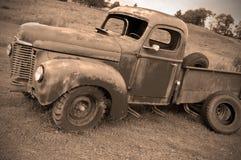 Oude verlaten landbouwbedrijfvrachtwagen stock foto