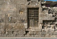 Oude verlaten muur met gesloten overladen houten venster royalty-vrije stock foto's