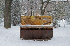 Oude verlaten piano in stadspark royalty-vrije stock foto