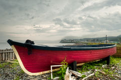 Oude verlaten rode boot stock foto