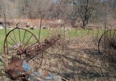 Oude verlaten roestige landbouwmachines en hulpmiddelen Royalty-vrije Stock Foto
