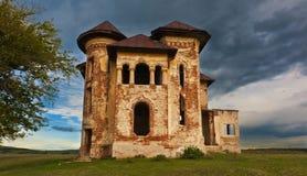 Oude verlaten spookhuis en hemel in Transsylvanië met wolken Royalty-vrije Stock Foto