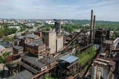 Oude, verlaten staalfabriek royalty-vrije stock afbeeldingen