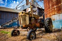 Oude verlaten tractor royalty-vrije stock foto's