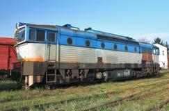 Oude verlaten treinen bij depot in zonnige dag royalty-vrije stock afbeelding
