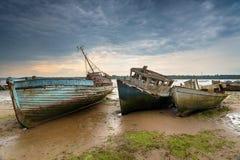 Oude verlaten vissersboten op de Rivier Orwell stock fotografie