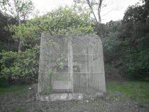 Oude verlaten vogelkooi in aard stock fotografie
